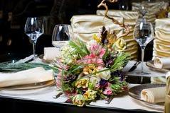 Verzierte Tabelle in der Gaststätte Stockbild