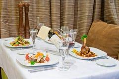 Verzierte Tabelle in der Gaststätte Lizenzfreie Stockfotografie