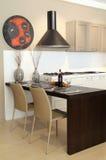 Verzierte Tabelle in einer modernen und eleganten Küche Stockfotografie