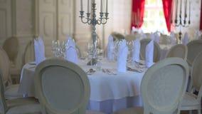 Verzierte Tabelle für ein Hochzeitsabendessen stock footage