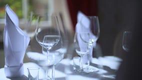 Verzierte Tabelle für ein Hochzeitsabendessen stock video