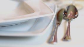 Verzierte Tabelle für ein Hochzeitsabendessen stock video footage
