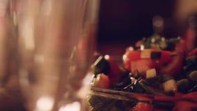 Verzierte Tabelle mit Glas Wein mit Lebensmittel auf Tabelle in slowmotion 1920x1080 stock footage