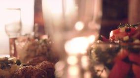 Verzierte Tabelle mit Glas Wein mit Lebensmittel auf Tabelle in slowmotion 1920x1080 stock video