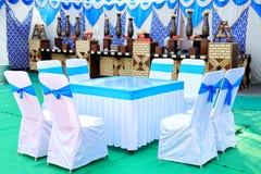 Verzierte Tabellen- u. Stuhleinstellung für einen Hochzeitsempfang lizenzfreies stockfoto