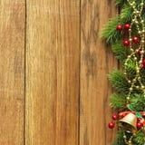 Verzierte Weihnachtsbaumgrenze auf hölzerner Täfelung Stockfotos
