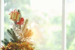 Verzierte Weihnachtsbaumnahaufnahme, Weihnachten spielt auf dem Christma Lizenzfreies Stockfoto