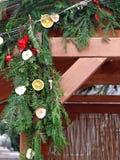 Verzierte Weihnachtsnadelbaumniederlassungen Lizenzfreie Stockbilder