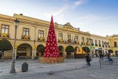 Verzierter Baum des neuen Jahres auf Piazza Espana in Ronda-Stadt, Andalusien lizenzfreie stockbilder