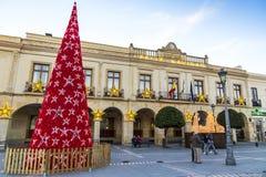 Verzierter Baum des neuen Jahres auf Piazza Espana in Ronda-Stadt, Andalusien stockfotografie