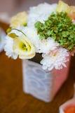 Verzierter Blumenstrauß von Blumen am Feiertag Stockfoto