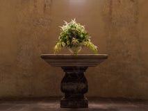 Verzierter Blumenvasenplatz auf dem Altar in der Schweizer Kirche Stockbild