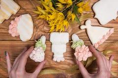 Verzierter bunter Lebkuchen durch Mädchen, geschmackvolles Lebensmittel lizenzfreies stockbild