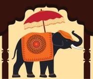Verzierter Elefant und Regenschirm unter Bogen. Lizenzfreies Stockfoto