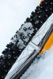 Verzierter Fahrradreifen mit Schnee lizenzfreie stockfotografie