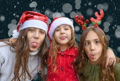 Verzierter fallender Schneehintergrund 3d des Weihnachtsbaums draußen übertragen lizenzfreie stockfotos