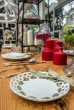 Verzierter Holztisch in der englischen Gartenart lizenzfreies stockfoto