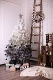 Verzierter Innenraum mit Weihnachtsbaum und Details Stockbilder