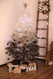 Verzierter Innenraum mit Weihnachtsbaum und Details Stockbild