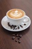 Verzierter Kaffeekunst Latte lizenzfreie stockbilder
