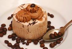 Verzierter Kuchen auf Platte mit Kaffeebohnen Stockbild