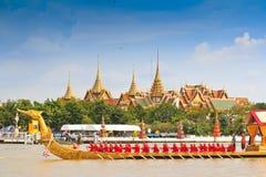 Verzierter Lastkahn führt hinter den großartigen Palast bei Chao Phraya River vor Stockfoto