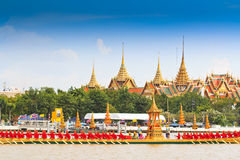 Verzierter Lastkahn führt hinter den großartigen Palast bei Chao Phraya River vor Lizenzfreie Stockbilder