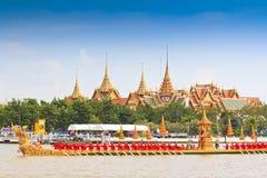 Verzierter Lastkahn führt hinter den großartigen Palast bei Chao Phraya River vor Stockfotografie