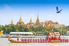 Verzierter Lastkahn führt hinter den großartigen Palast bei Chao Phraya River vor Stockfotos