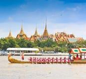 Verzierter Lastkahn führt hinter den großartigen Palast bei Chao Phraya River vor Stockbild