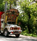 Verzierter LKW an der Straße an Karakoram-Landstraße, Pakistan lizenzfreie stockfotografie