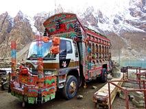 verzierter LKW, Karakoram-Landstraße, Nord in Pakistan stockbilder