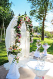 Verzierter Torbogen für Hochzeitszeremonie mit bunten Blumen Stockfotografie