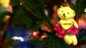 Verzierter und beleuchteter Weihnachtsbaum. stock footage