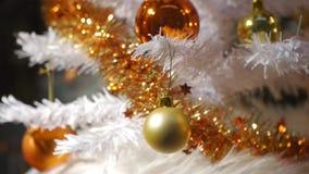 Verzierter und beleuchteter Weihnachtsbaum. stock video