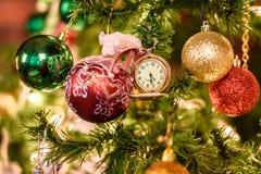 Verzierter Weihnachtsbaum auf unscharfem, funkelndem und feenhaftem Hintergrund Stockfoto