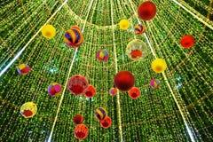 Verzierter Weihnachtsbaum auf verwischt lizenzfreies stockfoto