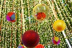 Verzierter Weihnachtsbaum auf verwischt stockfotografie
