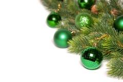 Verzierter Weihnachtsbaum auf weißem Hintergrund Stockfoto