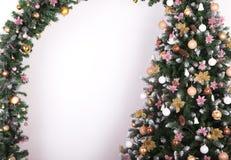 Verzierter Weihnachtsbaum auf weißem Hintergrund, Kartenschablone Stockfotografie