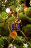 Verzierter Weihnachtsbaum Geschenk mit Bogen Makrophotographie von Weihnachtsbaum Lichter auf Baum Stockfotografie
