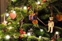 Verzierter Weihnachtsbaum Geschenk mit Bogen Makrophotographie von Weihnachtsbaum Lichter auf Baum Stockfoto