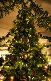 Verzierter Weihnachtsbaum leuchtend Stockfotografie