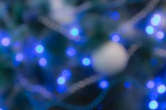 Verzierter Weihnachtsbaum mit Blaulichtern Unfocused Bild Lizenzfreie Stockfotografie