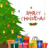 Verzierter Weihnachtsbaum mit Geschenkboxen Lizenzfreie Stockfotografie