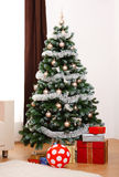 Verzierter Weihnachtsbaum mit Geschenken Stockfotos