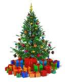 Verzierter Weihnachtsbaum mit Haufen der Geschenkkästen Stockfotos