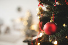 Verzierter Weihnachtsbaum mit Spielzeug- und Kopienraum Lizenzfreie Stockfotos