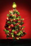 Verzierter Weihnachtsbaum mit Sternen auf Rot Lizenzfreie Stockfotos
