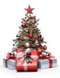 Verzierter Weihnachtsbaum und Geschenke Lizenzfreie Stockfotos